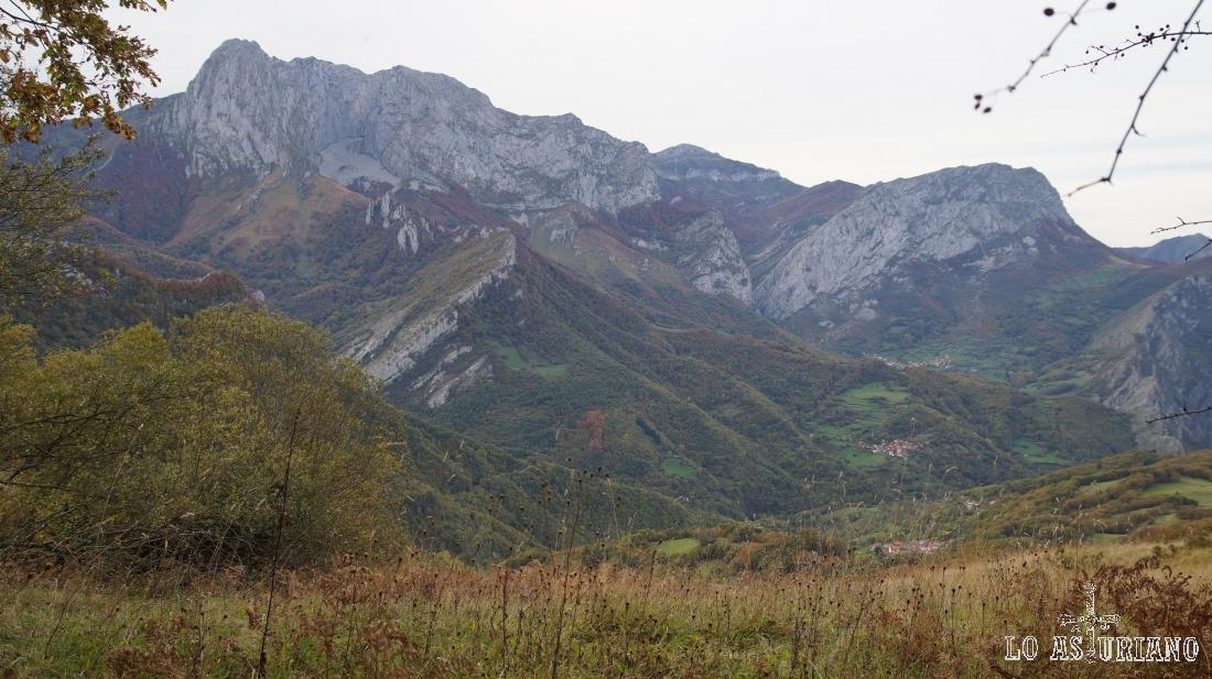 Divisamos de nuevo la cima del Tiatordos, magnífica mole de piedra, divisoria entre Ponga y Caso.