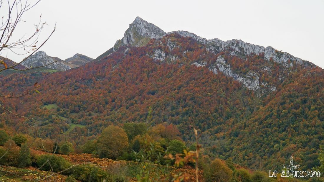 El puntiagudo pico Recuencu, desde Les Bedules.