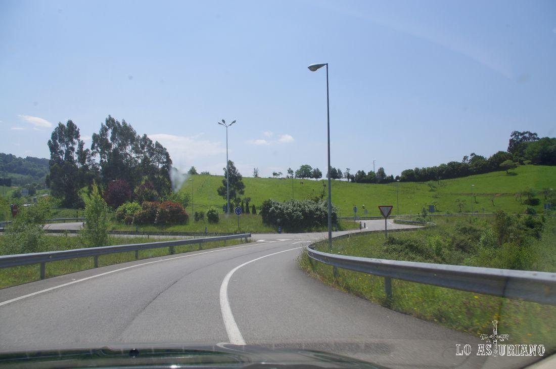Camino de la playa de Rodiles, por la N-632, a la salida de la Autovía del Cantábrico.