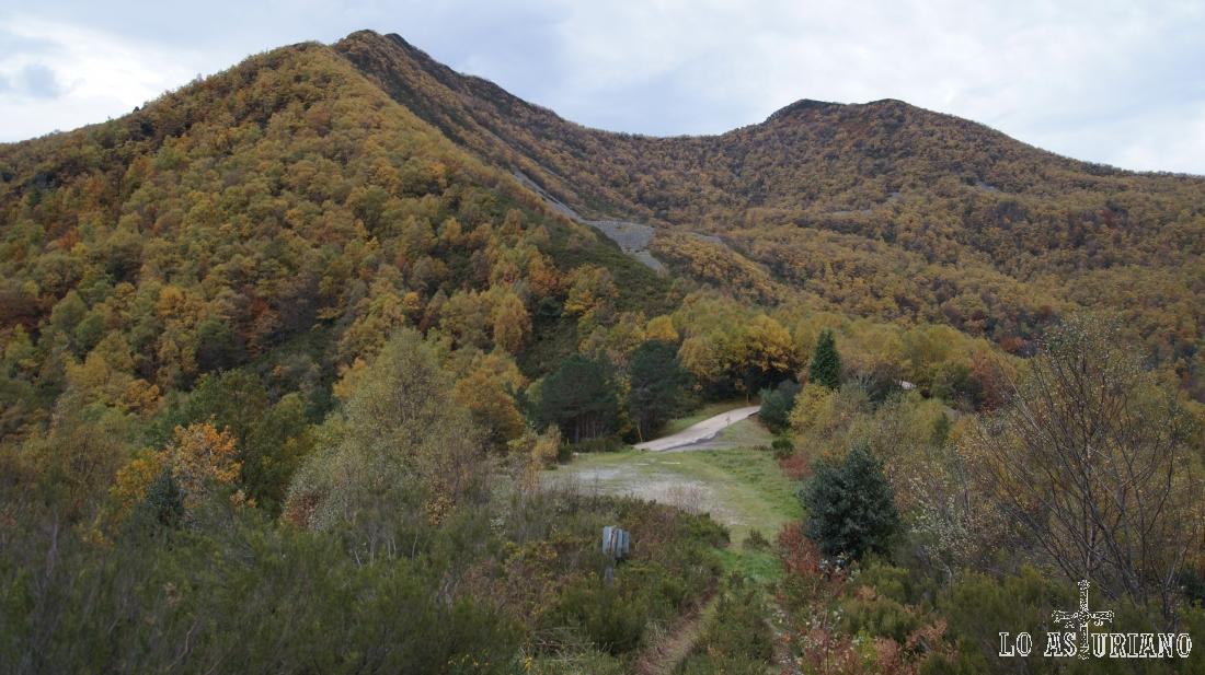Vista retrospectiva al bar Refugio y hacia la carretera y pico del Connio.