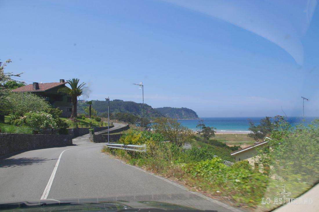 Avistamos ya la preciosa playa de Rodiles, la más popular del concejo de Villaviciosa.