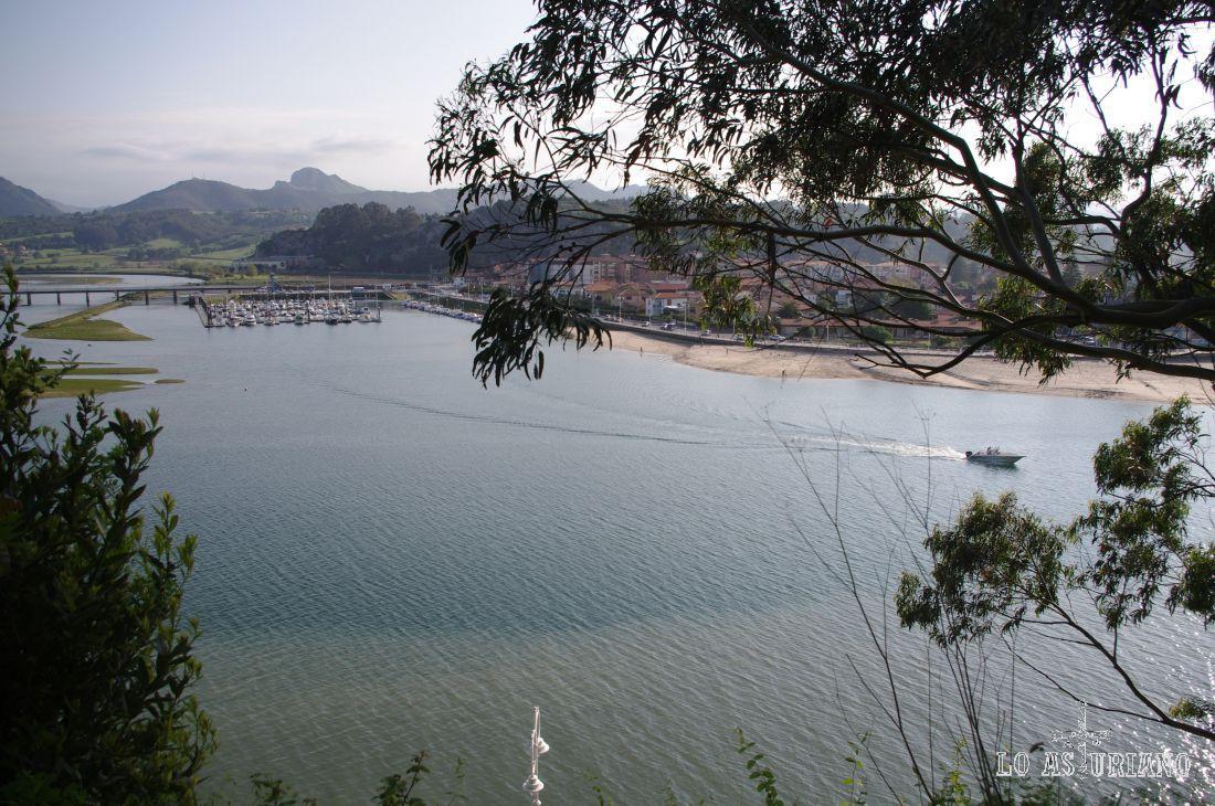 A la izquierda puedes ver el puerto de Ribadesella.