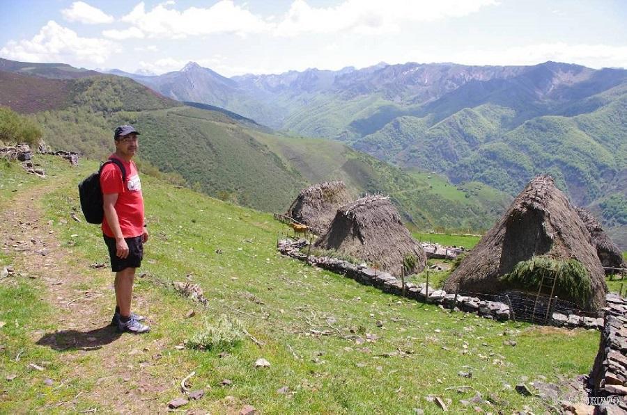 La braña de la Corra, es para mi opinión, la más bonita de Asturias. Está situada a mucha altura, pero se puede llegar a ella con relativa facilidad, si dejas el coche en el puerto de San Lorenzo, y caminas unos 4 o 5 km, en un terreno sencillo de pastizales, hasta la misma. El desnivel de subida es pequeño, de unos 250-300 m.  La situación de la braña es espectacular: con vistas al valle de Saliencia, uno de los realmente chulos. Verás desde este mirador increíble, las brañas cercanas al pueblito de Arbeyales, y también los picos más emblemáticos del entorno (si el clima lo permite, claro!).