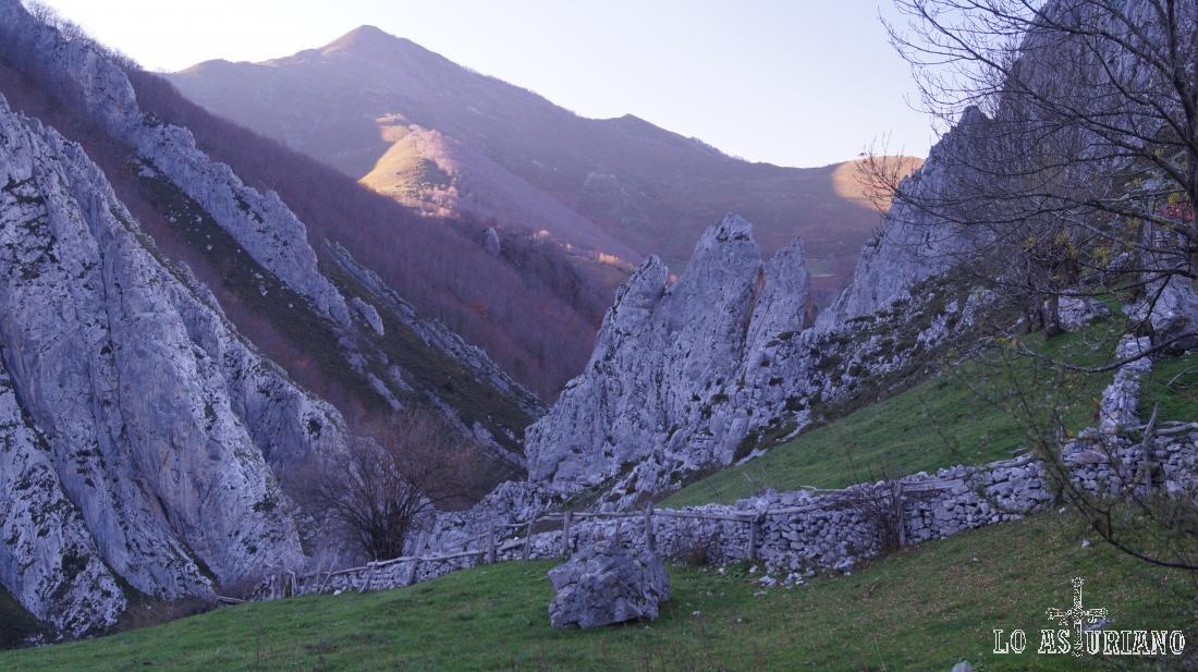 Abajo, las foces del río Pino, en Aller, Asturias.
