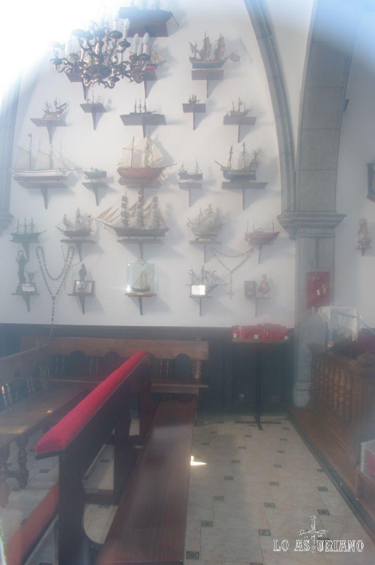 Interior de la ermita de la Guía, en Ribadesella. La Virgen de la Guía es la Patrona de los marineros, y la posición de la ermita es el alto del Corberu, un lugar digno de un faro.