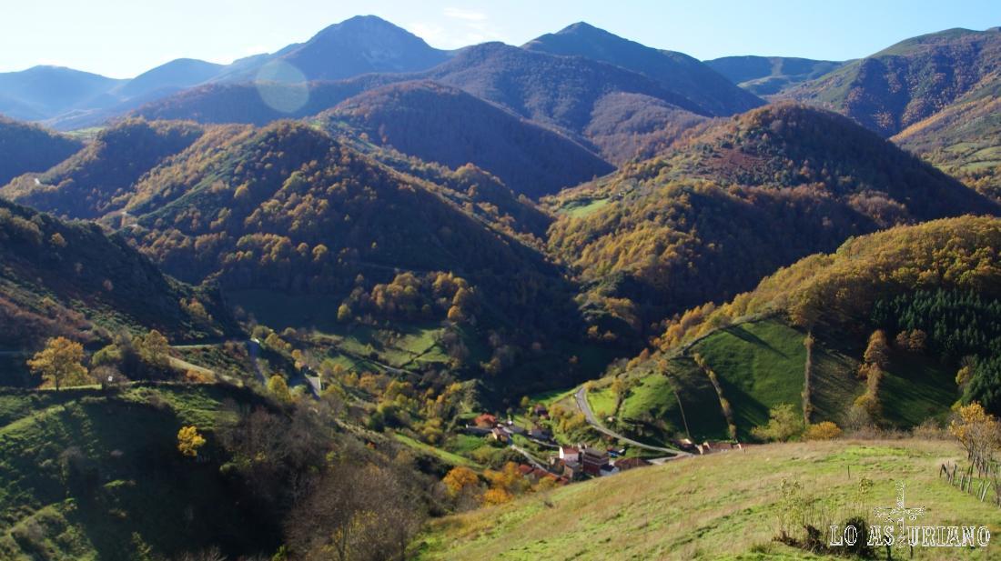El hayedo de Montegrande, el Ferreirúa, y Páramo, desde Villa de Sub.