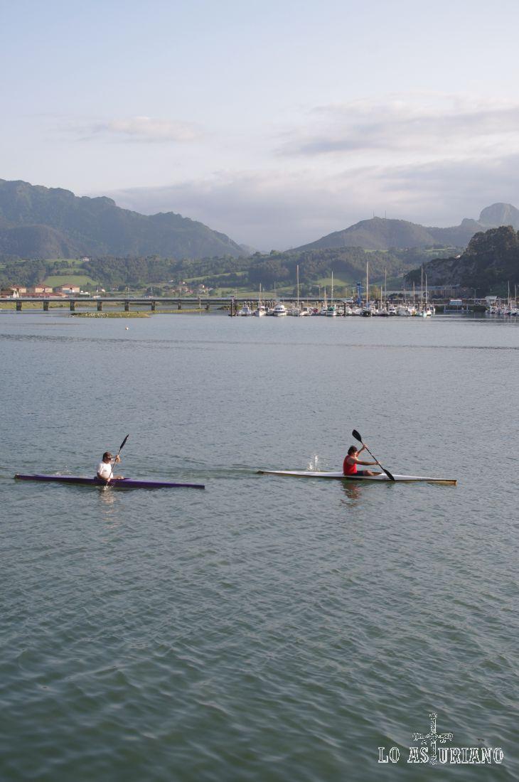 Ribadesella en estado puro: las canoas navegando en estas tranquilas aguas...