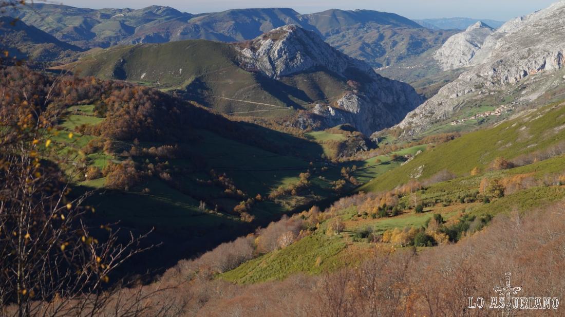 En el centro, la peña Vigueras, y a su derecha, el desfiladero de la Estrechura. Más a la derecha, Villa de Sub, por donde pasamos hace ya muchas horas.