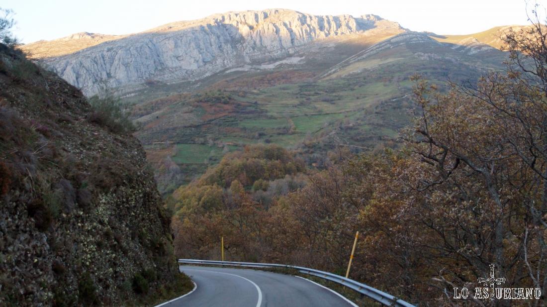 Desde la carretera, podemos ver la collada Busbigre, por la que hace ya horas que pasamos.