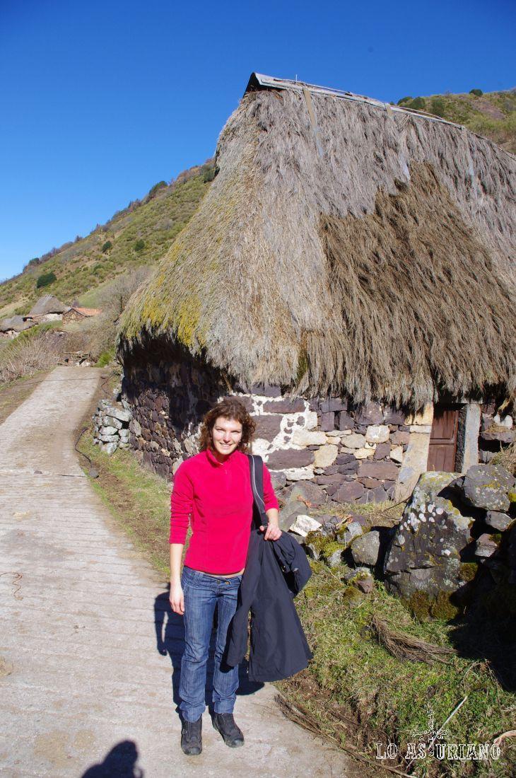 La Pornacal está situada en la orilla derecha del nacimiento del río Pigüeña, en una pequeña cumbre a 1170 m de altitud, dominando los prados de la Requexada.