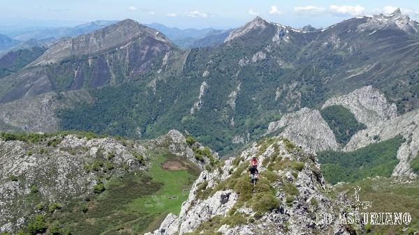 Subiendo a la peña Maciédome, en los límites entre los concejos de Caso y Ponga.