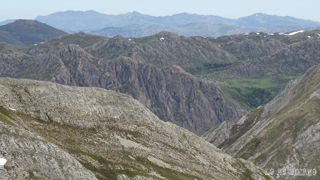 Vistas hacia la sierra del Aramo, que ocupa el telón de fondo de la imagen.