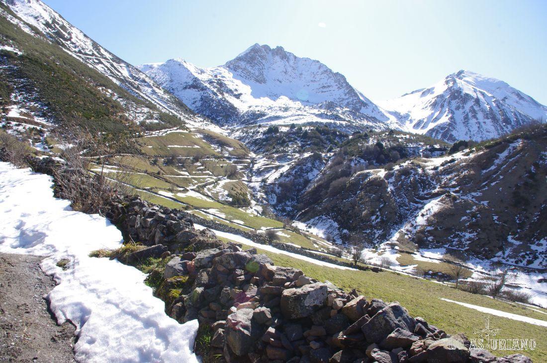 Peña Bermeja (2041 m), desde el caminito que sube hasta la braña Viella o de los Cuartos.