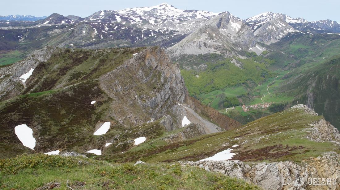 El Cornón y el Cogollu Cebolledo, nevados, la aldea de La Peral, desde la sierra de Robezu.