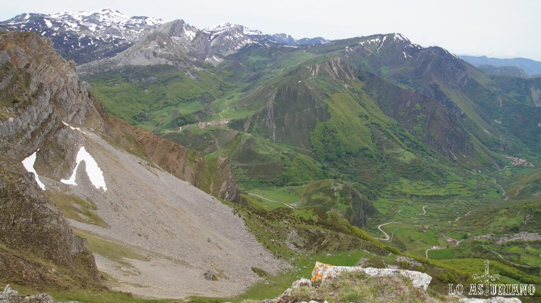 El Cornón, peña Penouta, Cogollo Cebolledo, el Mocosu, cimas del Parque Natural de Somiedo. La vista está tomada desde la sierra de Robezu.