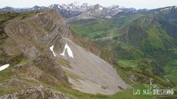 El alto la Encarralina y el valle de Somiedo, con la aldea vaqueira de La Peral, al fondo.