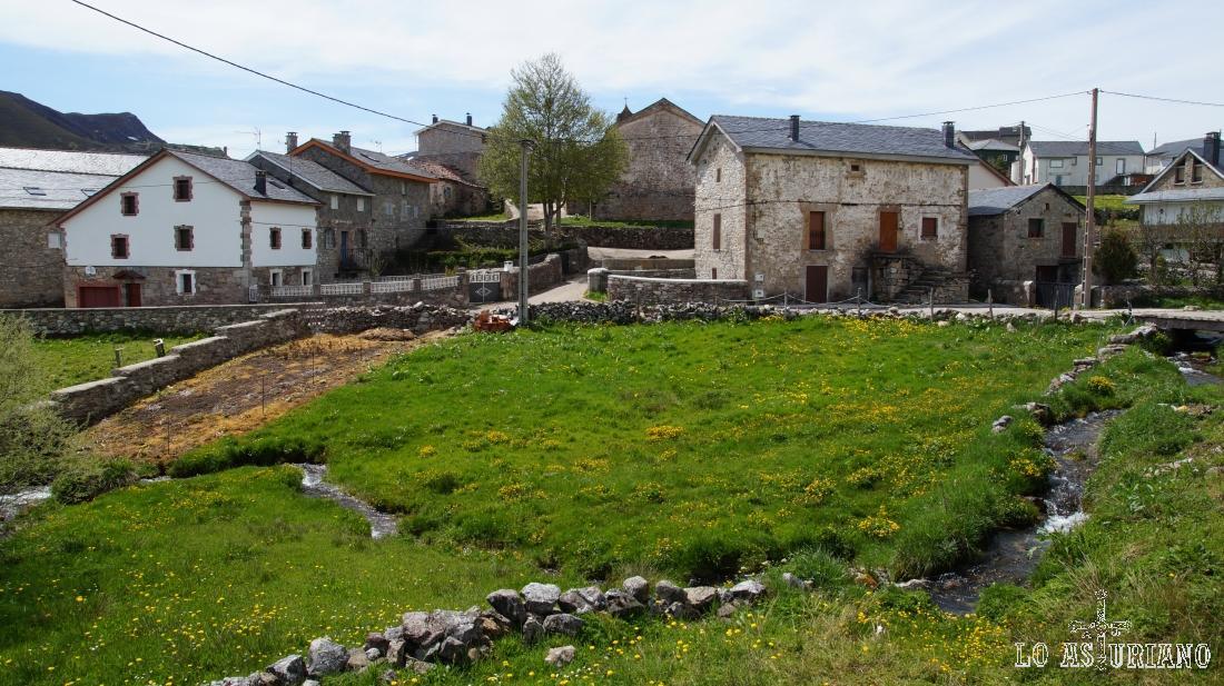 Casitas y prados en El Puerto, Parque Natural de Somiedo, Asturias.