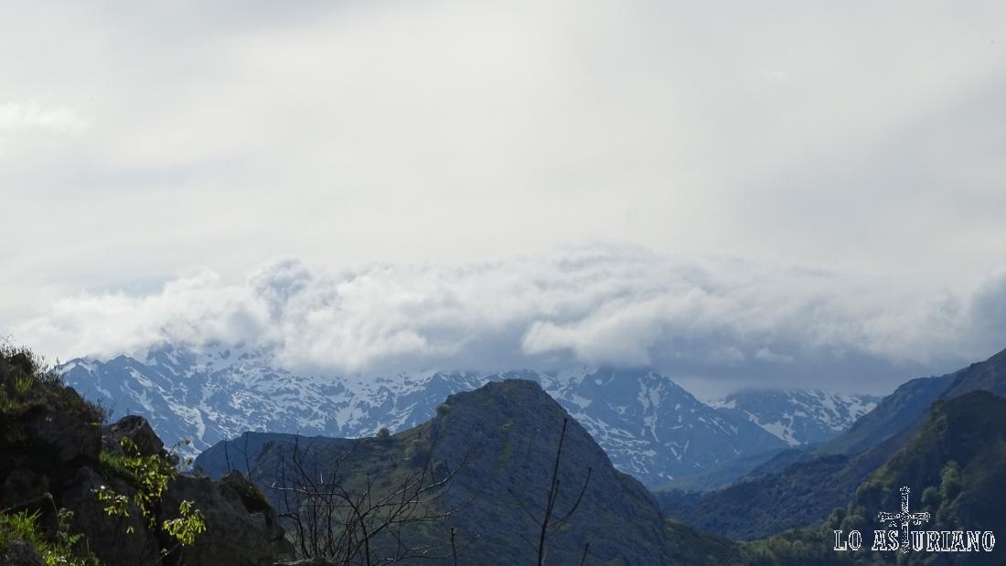 Las nubes cubren el macizo occidental de los Picos de Europa.