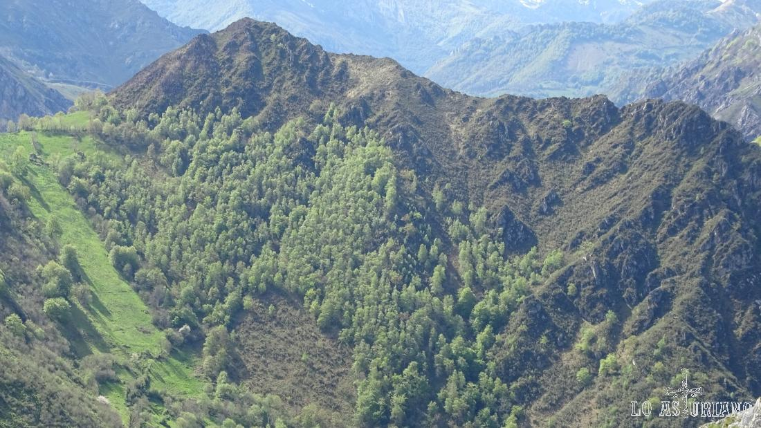 La verde collada Llimes y el Macicón, con 899 m, a su derecha.