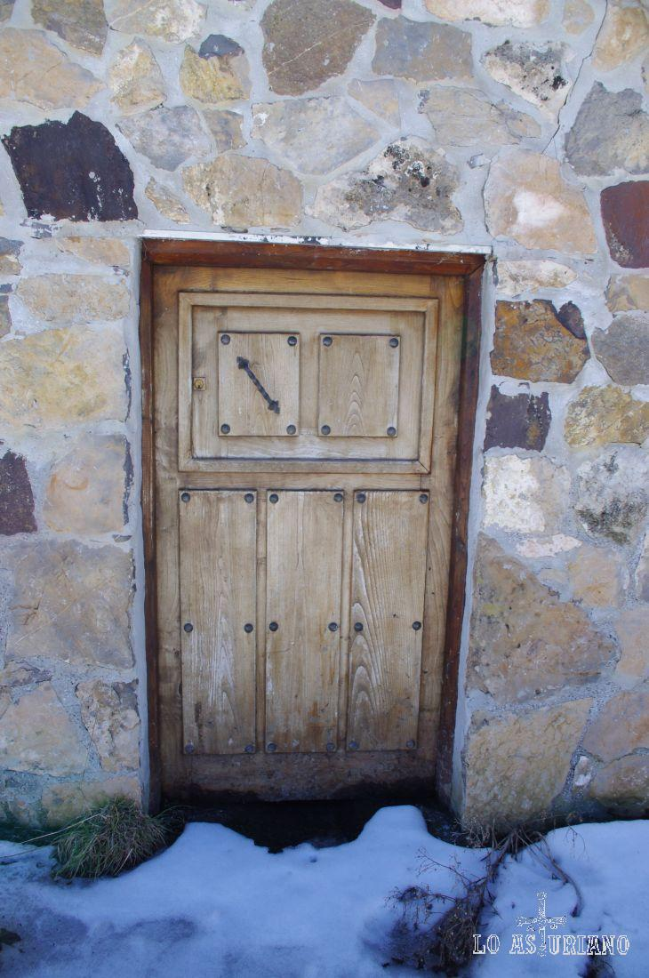 Pequeña puerta de madera de la caseta pastoril.
