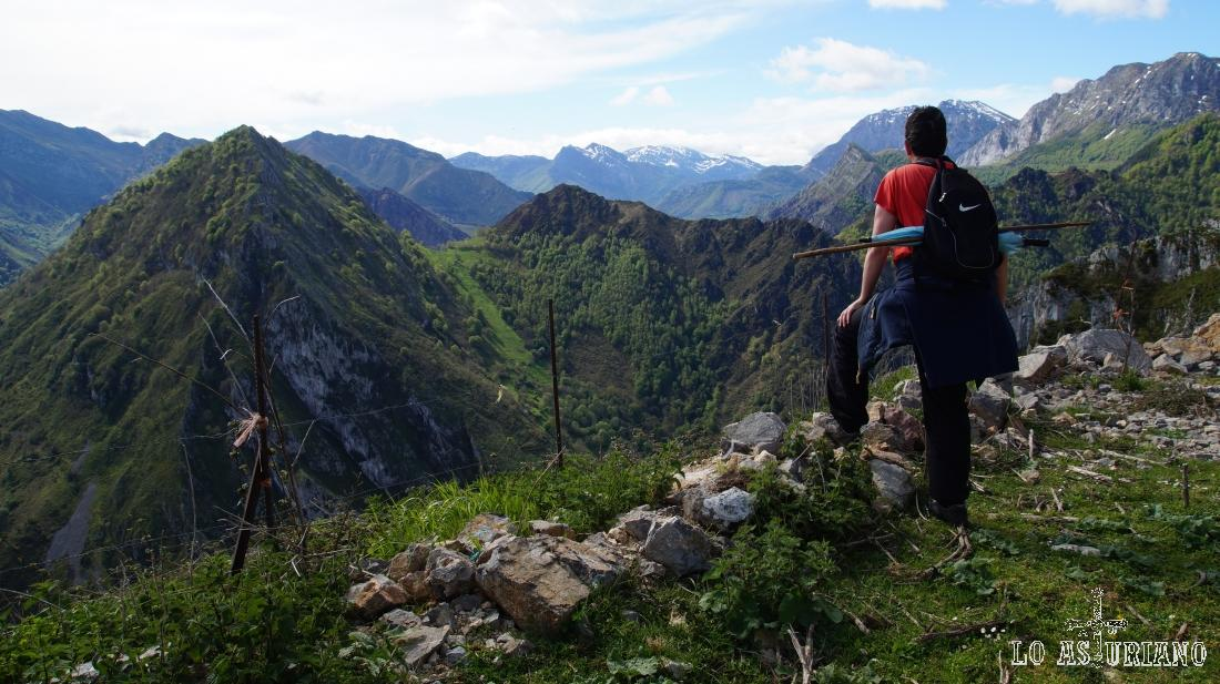 Un descanso en la subida, con unas ya magníficas vistas a las cimas de Ponga y algunas del Parque de Redes.