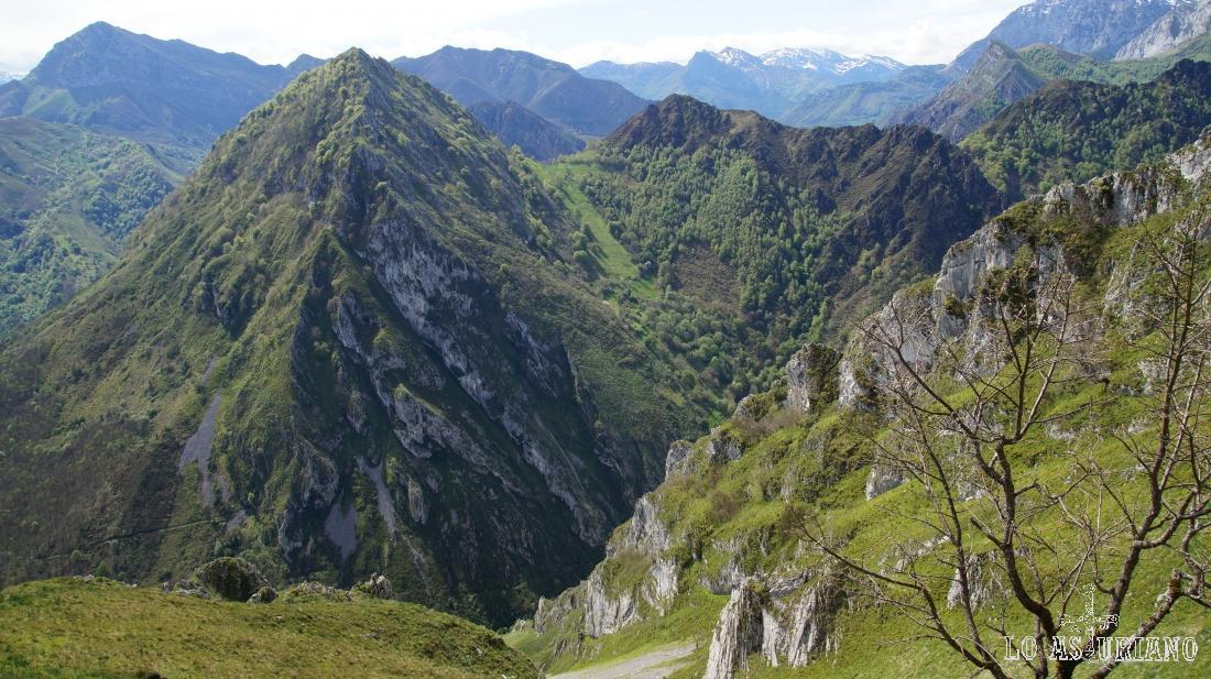 La pirámide del pico Pondio, con sus modestos 993 m, sin embargo, es la gran estrella de la ruta.