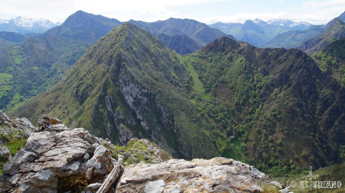 El llamativo pico Pondio, con su llamativa figura, nos acompañará toda la ruta.