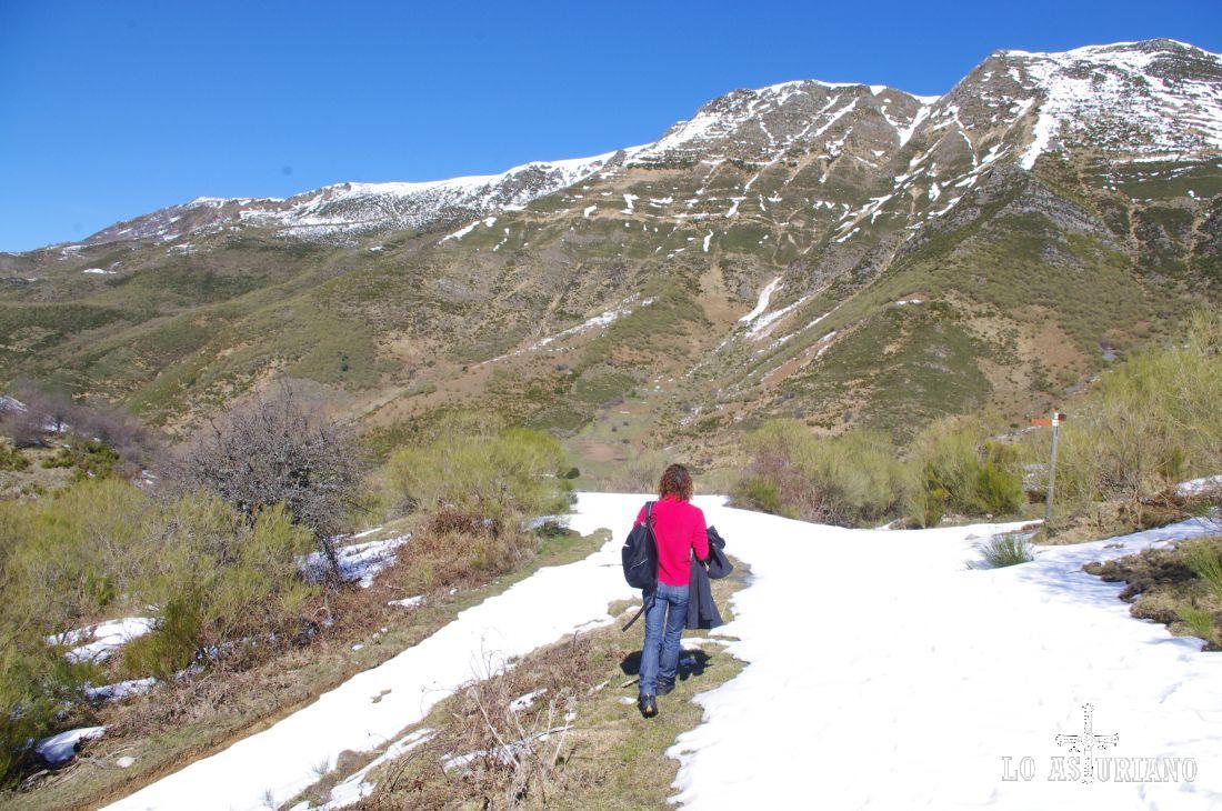 A la izquierda el Altu la Cogolla, de 1910 m, la cima más alta de este tramo, en la sierra del Páramo.
