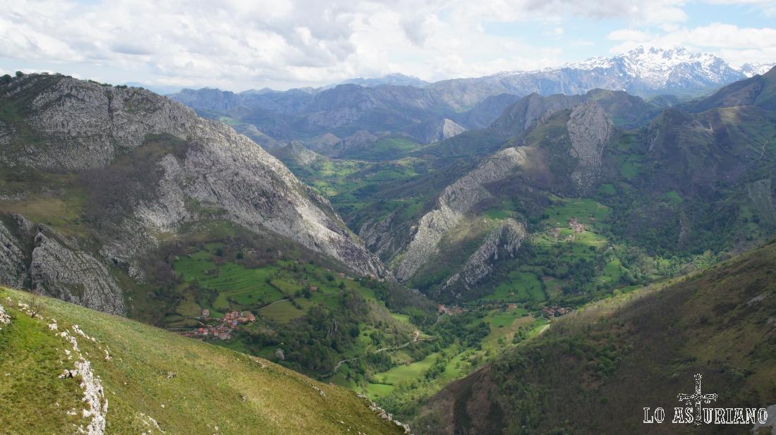 Cazo, Sellano y los Picos de Europa, al fondo.