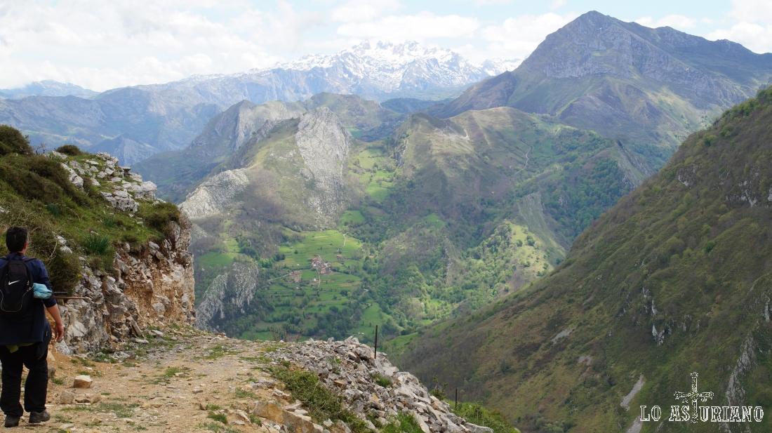 Desde la pista, el Pierzu y los Picos de Europa.