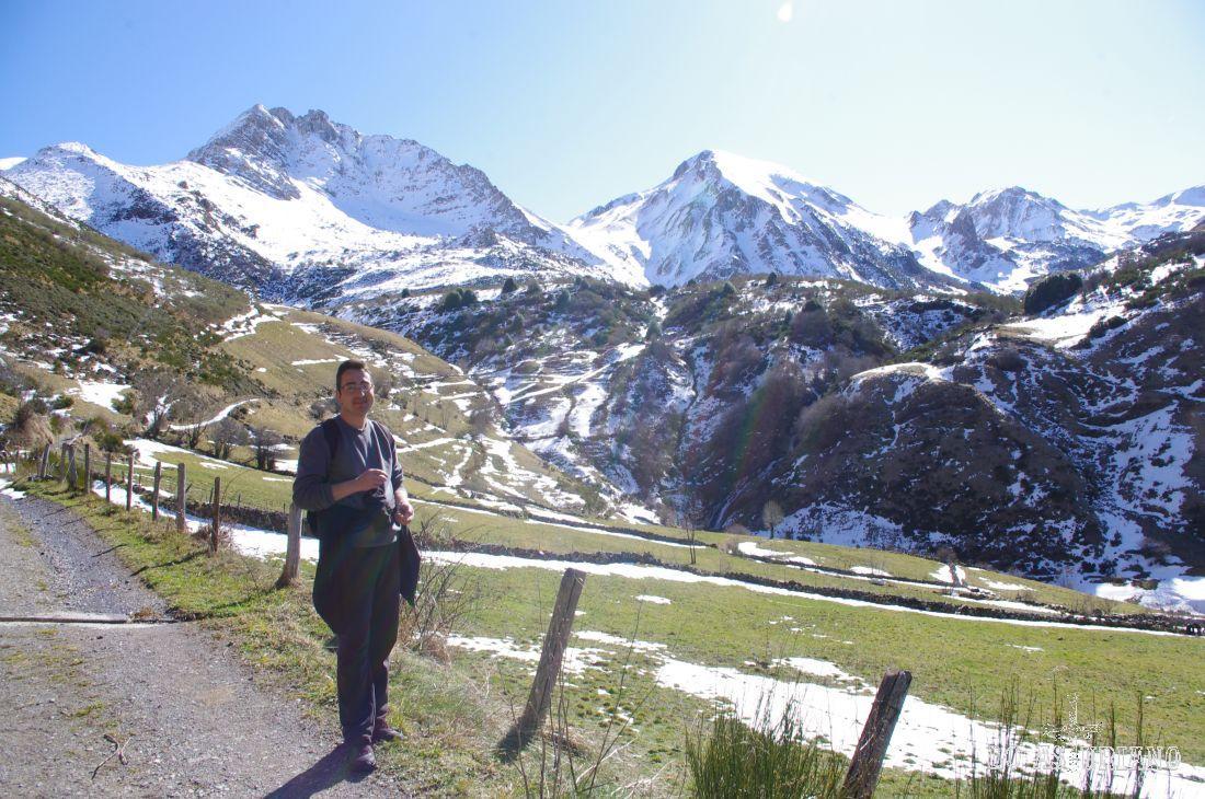 Dejando atrás esta magnífica estampa del alto Pigüeña, con las cimas nevadas de Peña Canseco, Peña Bermeja y a la derecha al fondo empieza a adivinarse el Cornón.