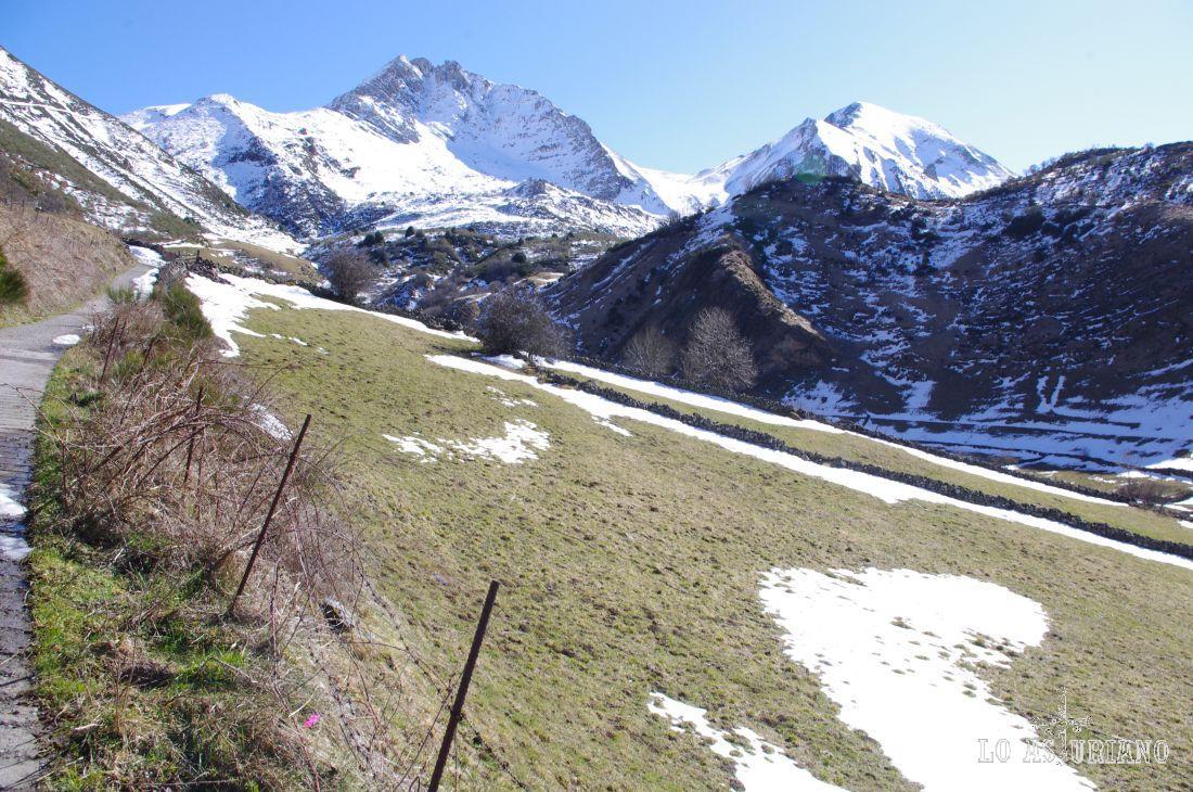 Durante prácticamente todo el camino (Vilar de Vildas - braña de los Cuartos), el camino es una pista cementada, con un 10% de desnivel medio durante los 6 km del recorrido.