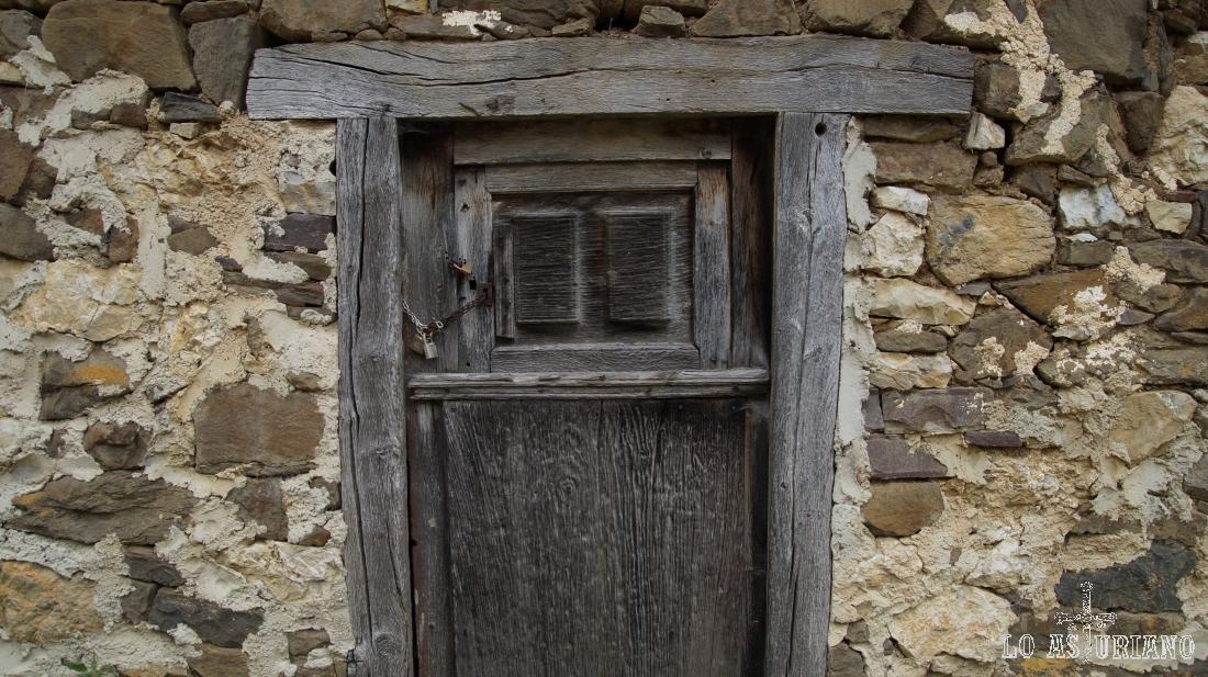 Puerta de madera de una casa de Los Yanos, aldea vecina de Sobrefoz.