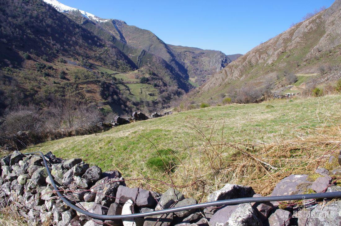 A la izquierda, a media montaña, en la zona de prados, tienes la braña de Bustellín.