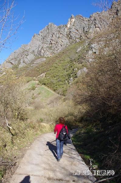 Sierra del Páramo, que termina en su parte baja, justo antes de Villar de Vildas.