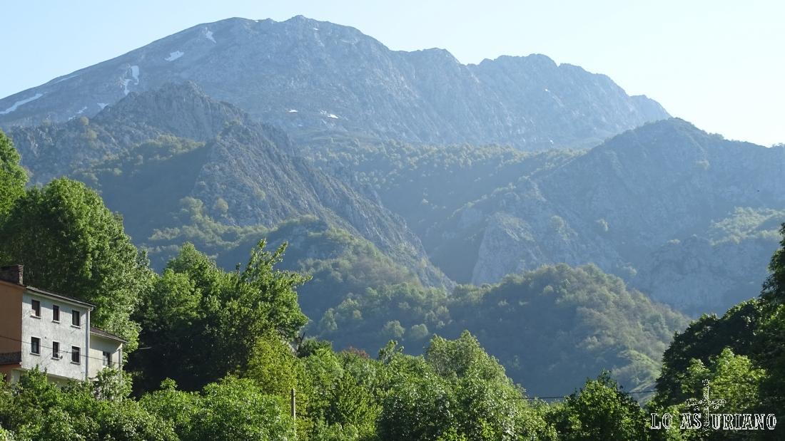 El pico Tiatordos, desde el parking de Pendones, Caso.