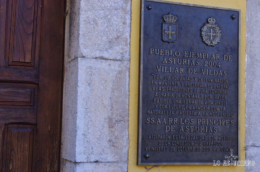 Este grabado anuncia que en el año 2004, Vilar de Vildas, fue elegida Villa Ejemplar de Asturias, y para entregar este reconocimiento, tuvo lugar la visita de los Príncipes de Asturias.