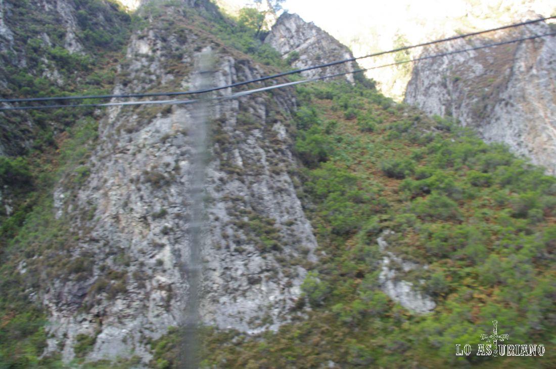 Camino de Poncebos, pasamos bajo las paredes de las montañas de Cabrales.