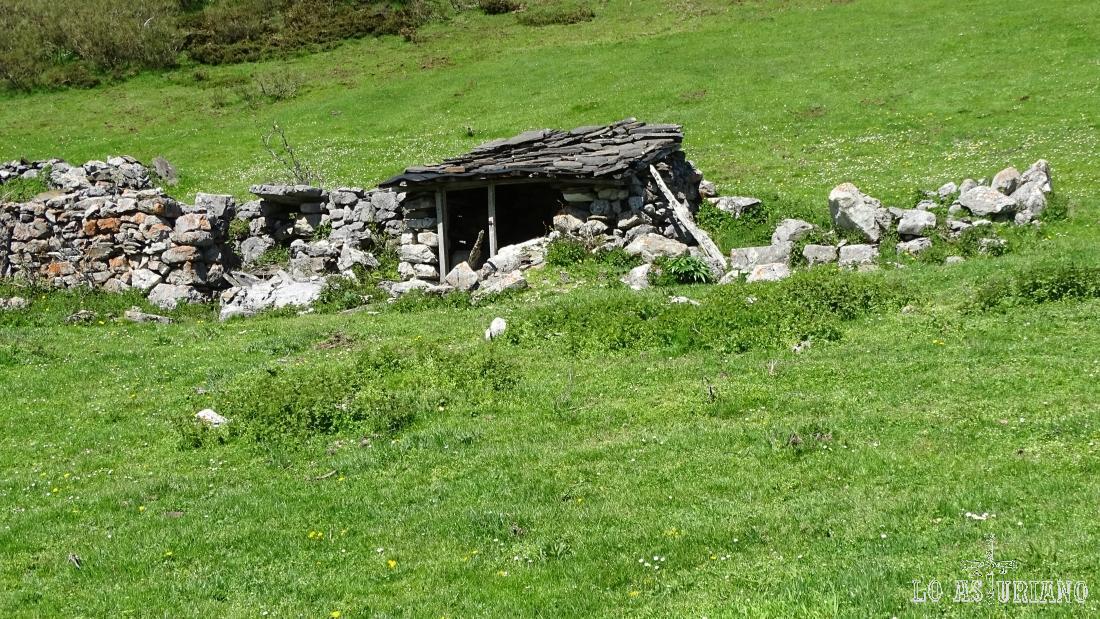 Cabaña de piedra en el collado Llagu.