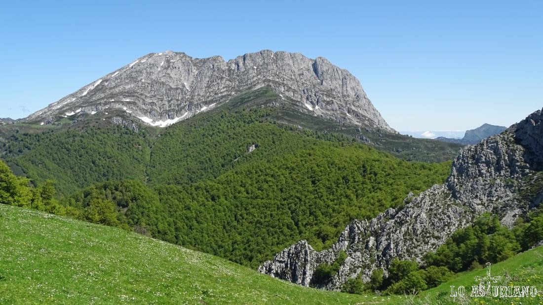 El pico Tiatordos, desde el collado de Llagu.