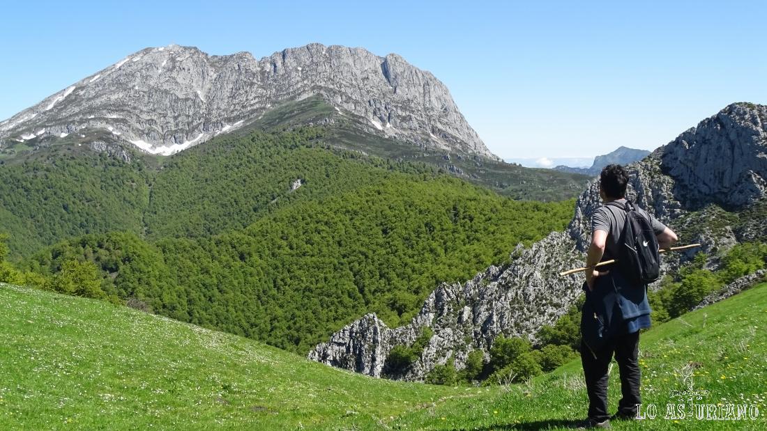 Magnífico paisaje del Parque Natural de Redes, con el verde Tiatordos al fondo.