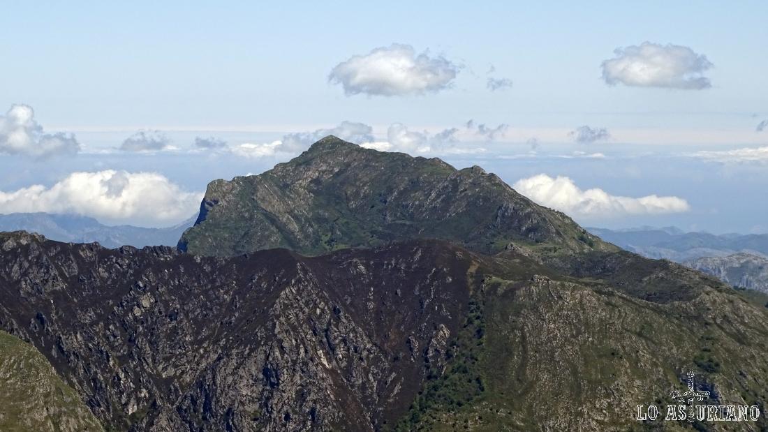 A lo lejos, el precioso pico Pierzu, que tiempo después ascenderíamos desde la collada Llomena.