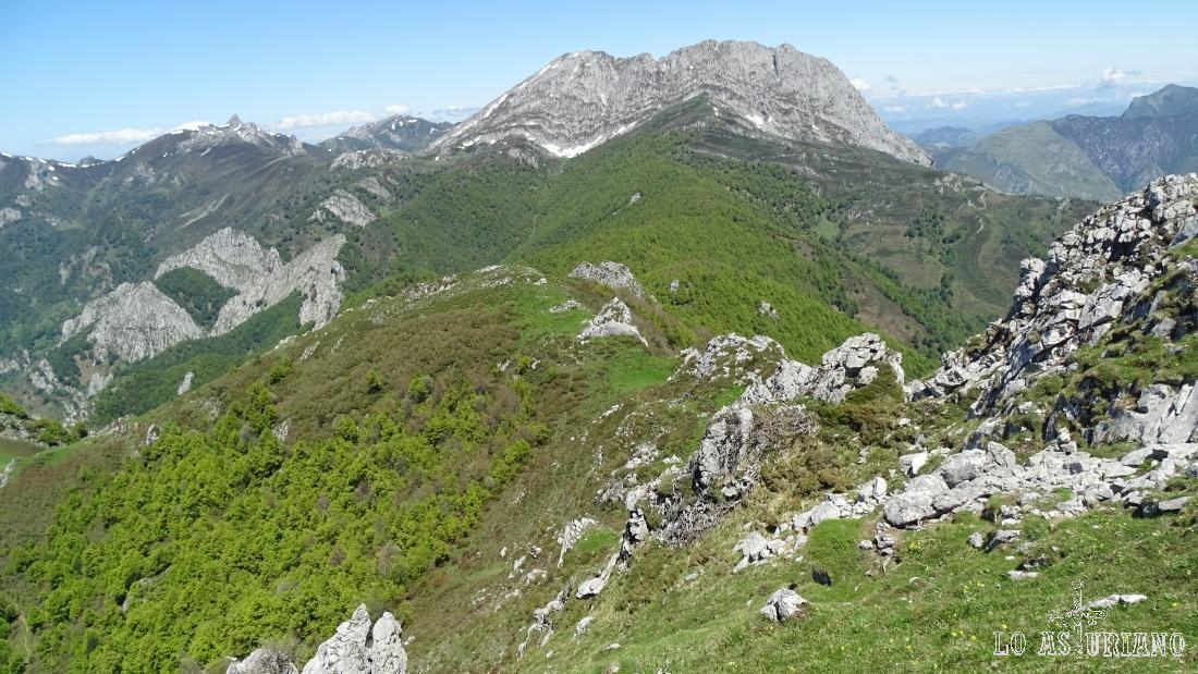 El Tiatordos desde las laderas de la peña Maciédome, en el Parque Natural de Redes.