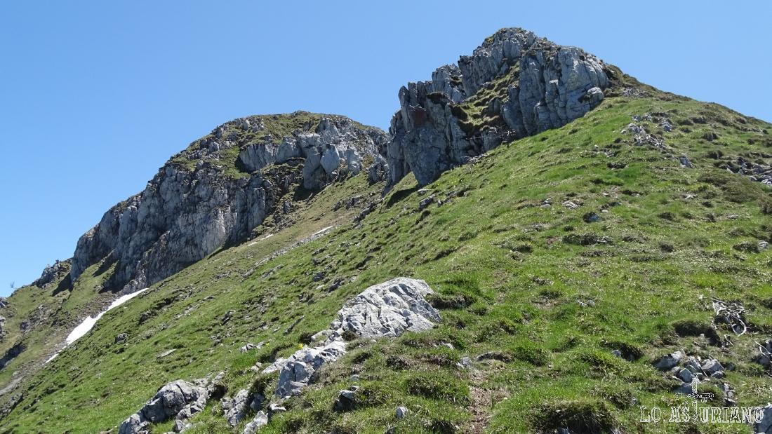 Podemos ya comenzar a ver la cima del Maciédome, al fondo, que creo que tampoco es la principal.