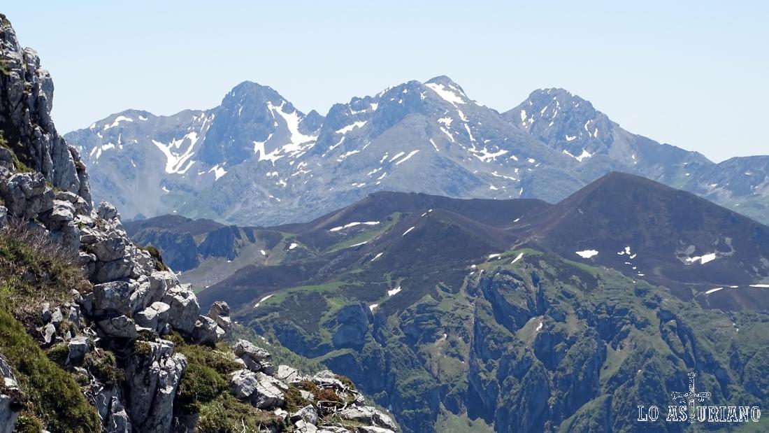 Desde las laderas de la peña Maciédome, los Mampodres, de León.