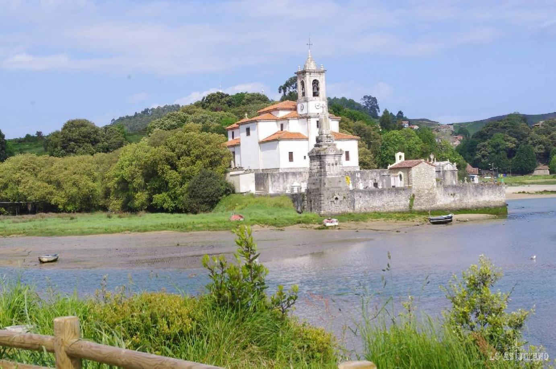 Iglesia de Nuestra Señora de los Dolores, junto al cementerio, en Barro.