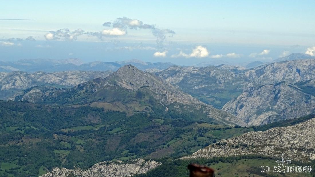 El pico Carriá, Parque Natural de Ponga, y el desfiladero de los Beyos.