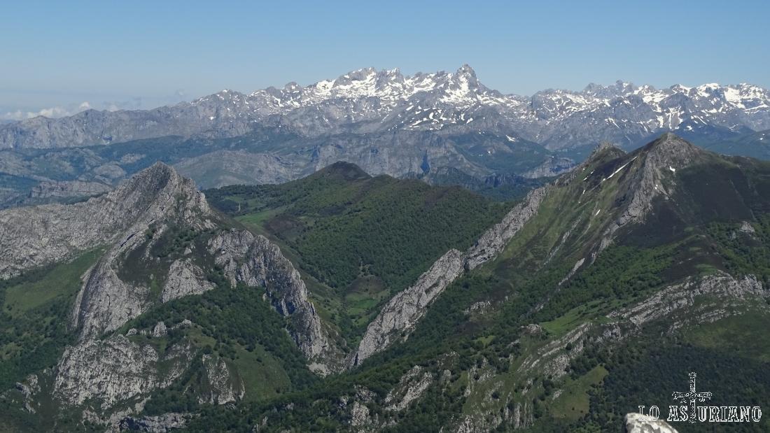 Al fondo, los Picos de Europa, a la izquierda, el pico Recuencu, y a su derecha, los pico Luengu y Zorru.