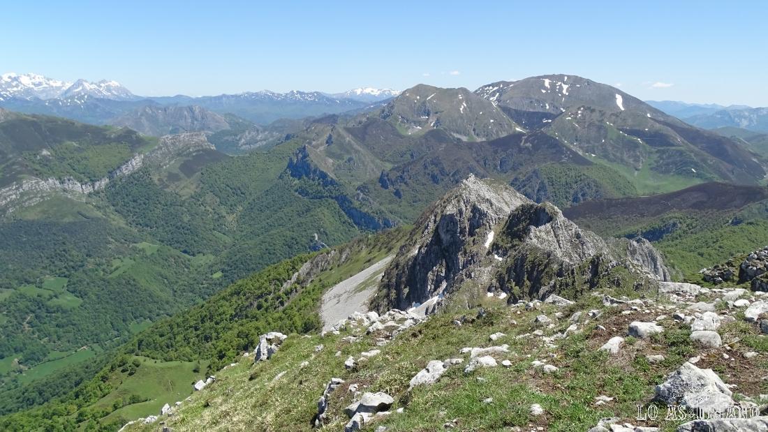 El cresterío del Maciédome, hacia el este, con vistas a los picos Ten y Pileñes.