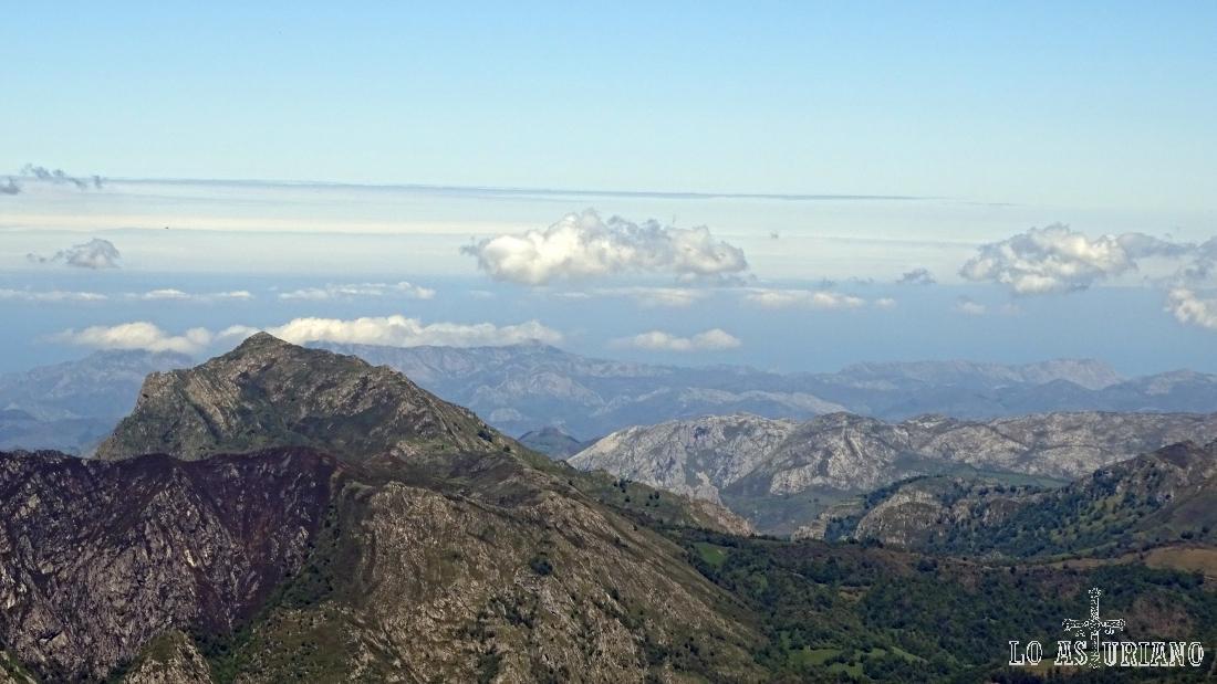 En lontananza el pico Pierzu, desde la cima del Maciédome.